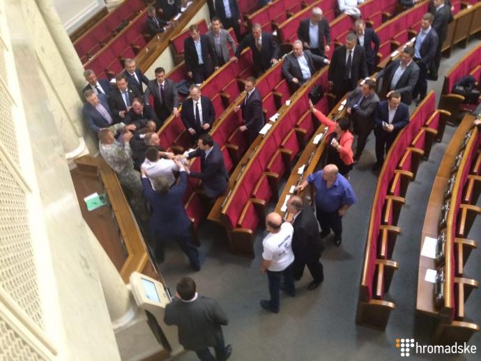 У Раді скандальний депутат побився з екс-регіоналами: з'явилися відео та фото (2)