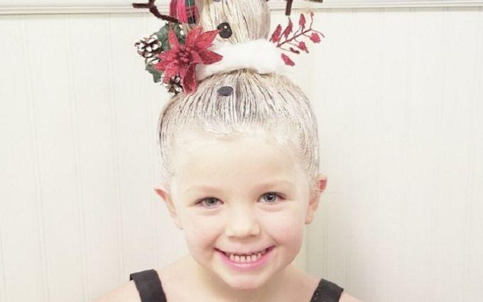 Папа создает для дочери потрясающие рождественские прически: яркие фото