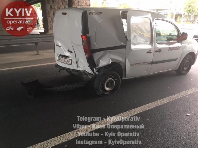 В Киеве из-за тройного ДТП заблокирован один из главных проспектов: появились фото (2)