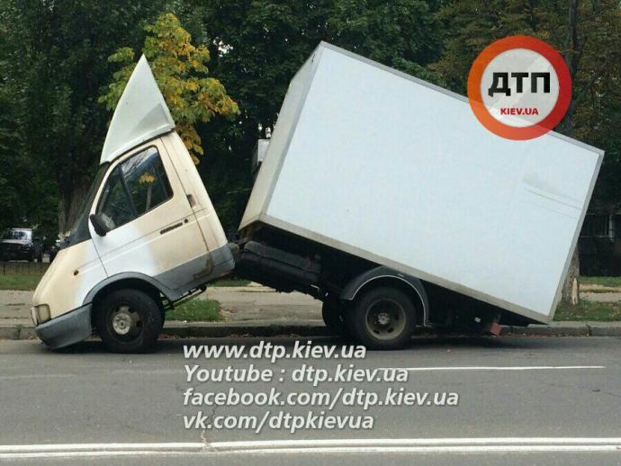 У Києві сталася курйозна ДТП: опубліковані фото (2)