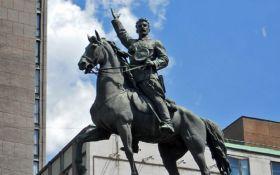 В Киеве повредили известный советский памятник: появилось фото