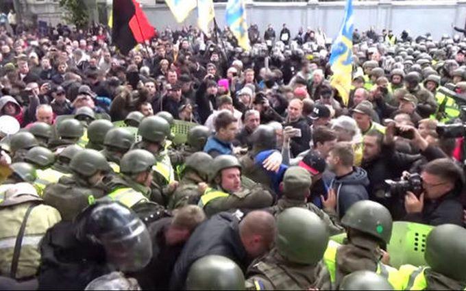 Митинг в центре Киева: в МВД показали видео жестокого нападения на копа
