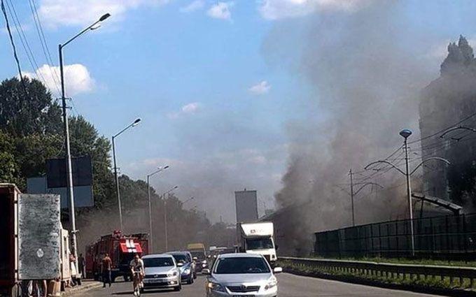 У Києві на зупинці трамвая спалахнула сильна пожежа: опубліковані відео та фото