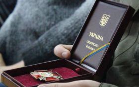 Порошенко наградил героев АТО: стали известны новые истории мужества