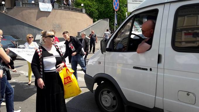 У центрі Києва обурені будівництвом мешканці перекрили рух: з'явилися відео та фото (1)