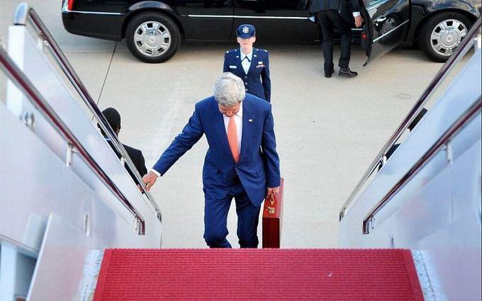 Что было в красном чемодане Керри: у Путина открыли тайну