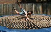 Британец прыгнул на батут с тысячей заряженных мышеловок: появилось видео