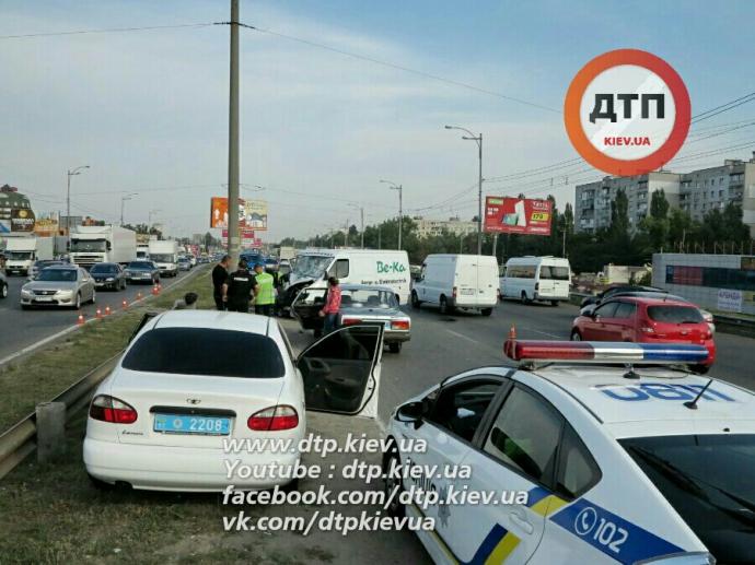 У Києві мікроавтобус задавив грабіжника, який тікав: опубліковані фото (1)