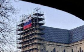 На соборе в Солсбери, где отравили Скрипалей, вывесили российский флаг