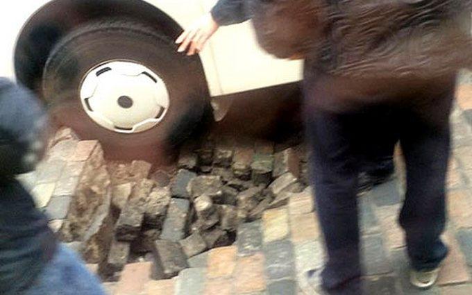 В Киеве автобус провалился в яму напротив дома Кличко: опубликованы фото