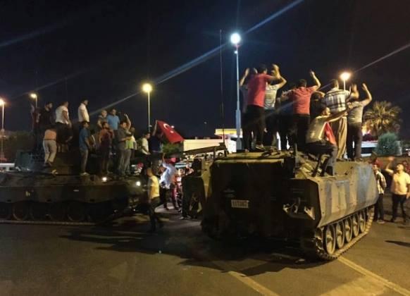 Провальний військовий переворот в Туреччині: хроніка подій, подробиці, найяскравіші фото та відео (25)