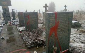 Появилось видео оскверненного вандалами польского мемориала под Львовом
