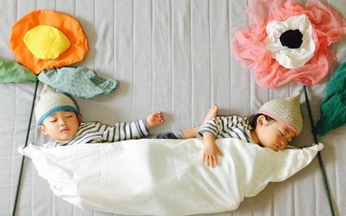 Как спят японские близнецы: забавные фото