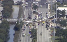 В США рухнул пешеходный мост, есть жертвы: появилось видео