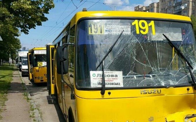 У Києві зіткнулися дві маршрутки, багато постраждалих: з'явилися фото і відео