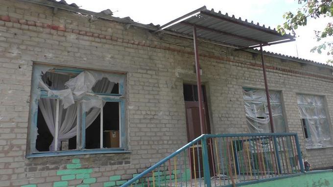 Обстріл бойовиками ДНР села: з'явилися фото розбомбленого дитячого садка (1)