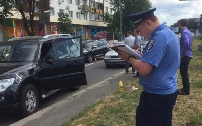 У центрі Києва два мотоциклісти влаштували стрілянину, є поранений: з'явилися фото