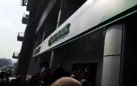 В Киеве снова устроили акцию против российского банка: появились фото и видео