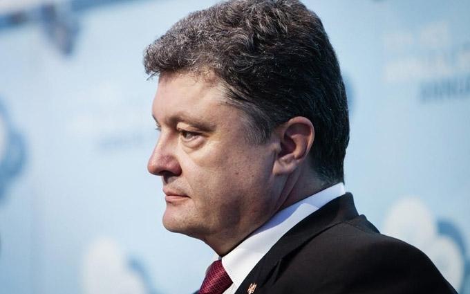 Порошенко показав, які паспорта тепер видаватимуть українцям: опубліковано фото