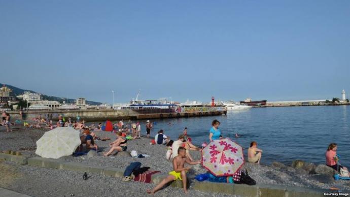 Провальний курортний сезон в Криму: з'явилися нові фото порожніх пляжів (1)