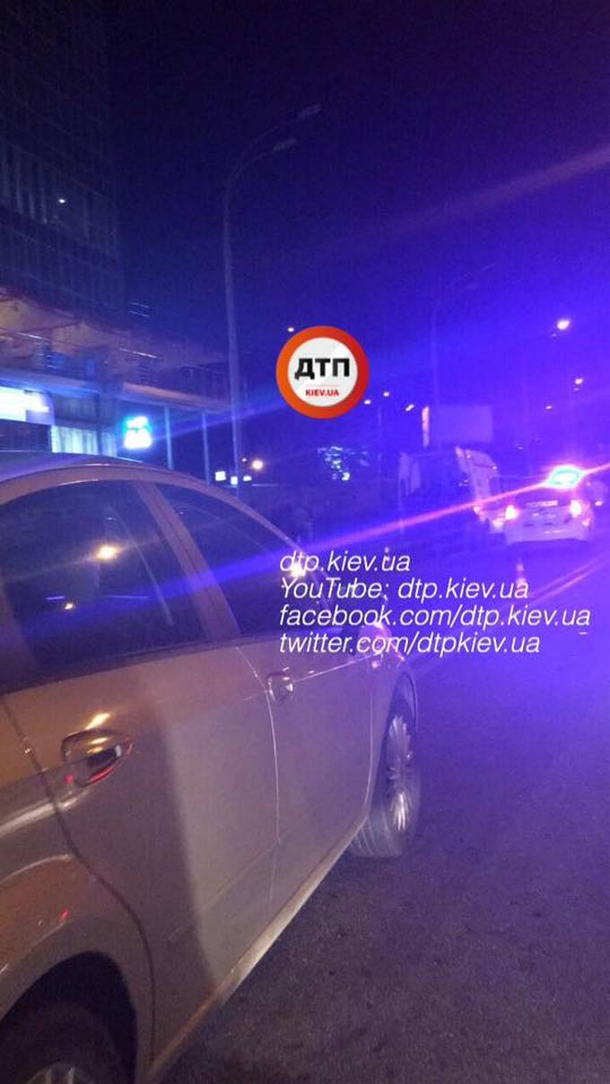 У Києві водій елітного автомобіля збив двох людей: з'явилися фото (1)