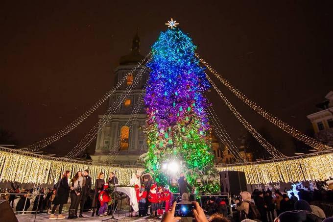 Как выглядят новогодные елки в разных городах Украины: яркие фото