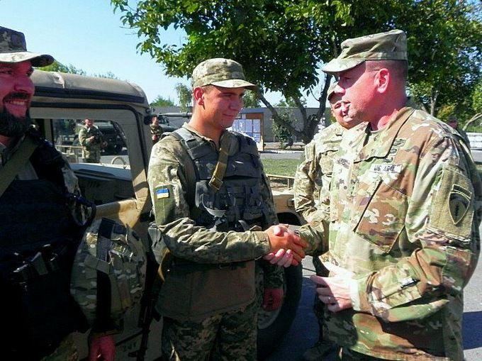 Соцмережі в захваті від візиту генерала армії США в Маріуполь: опубліковані фото (2)