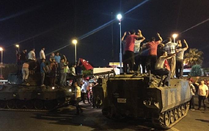 Народ з камінням розгромив військових: соцмережі обговорюють спробу перевороту в Туреччині