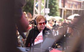 До Києва прилетів легендарний музикант Елтон Джон: опубліковані фото і відео