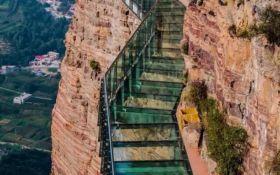 В Китае на стеклянном подвесному мосту произошло страшное ЧП: появилось видео