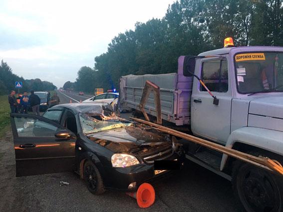 Під Львовом повторилася миколаївська трагедія: авто збило шляховиків (1)