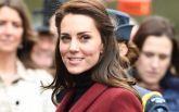 Под присмотром полиции и в старом костюме: появились фото Кейт Миддлтон в Уэльсе