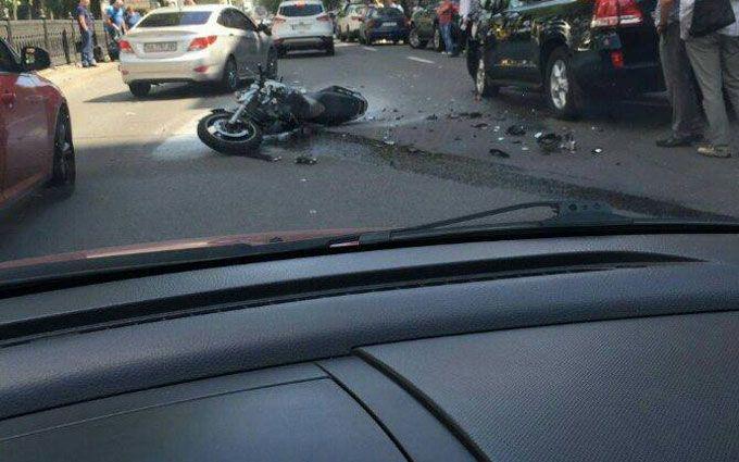 У центрі Києва сталася драматична ДТП з мотоциклістом: з'явилися фото