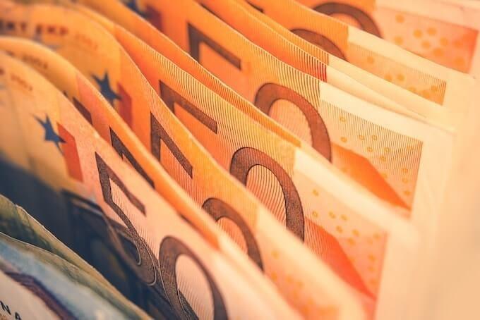 Курс валют на сьогодні 15 квітня: долар подешевшав, евро дорожчає