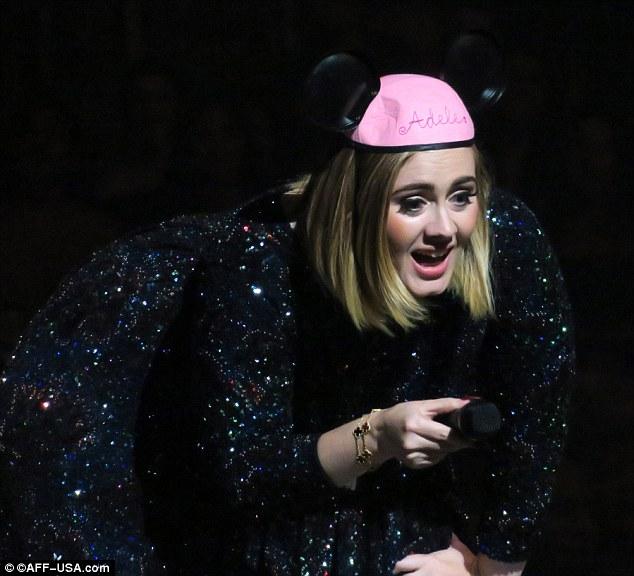 Популярна співачка підкорила зал вушками Мінні Маус: опубліковані фото (1)