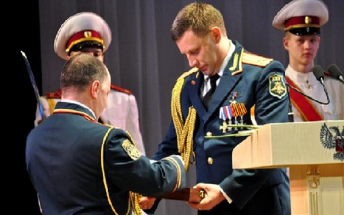 Главаря ДНР под веселую музыку наградили оружием: появилось видео