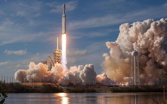 Маск показал, как ускоритель Falcon Heavy на большой скорости рухнул в океан: зрелищное видео