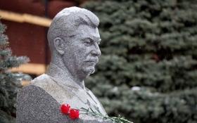 Українські соцмережі про квіти для Сталіна від росіян: Він ще не вмер, померли вони