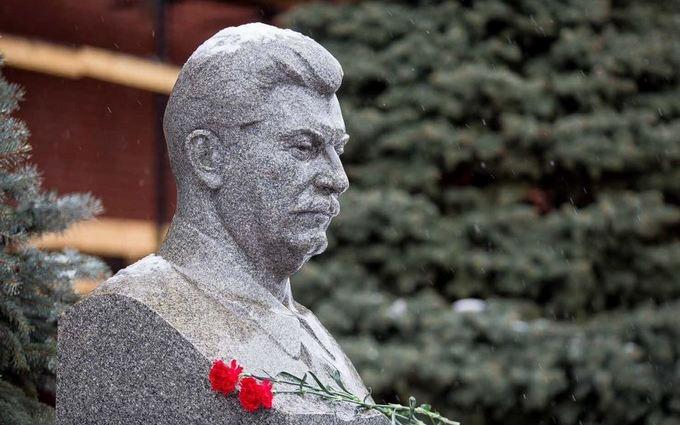 Украинские соцсети о цветах для Сталина от россиян: Он еще не умер, умерли они