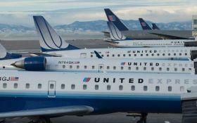 В США авиакомпания выплатит компенсацию мужчине, которого насильно высадили из самолета