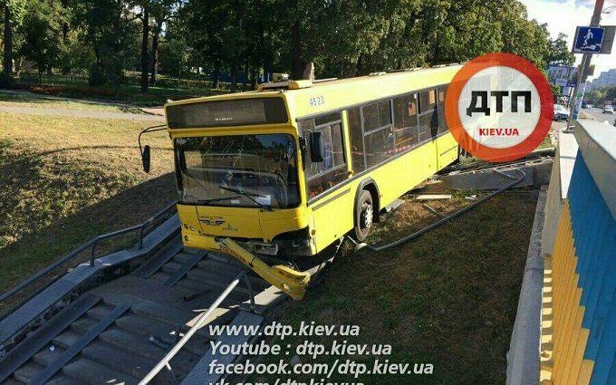 У Києві автобус з пасажирами вилетів з дороги: опубліковані фото