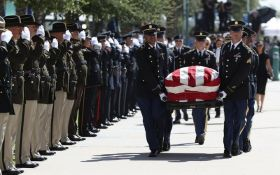 В США эмоционально прощаются с Джоном Маккейном: фото и видео первой церемонии прощания