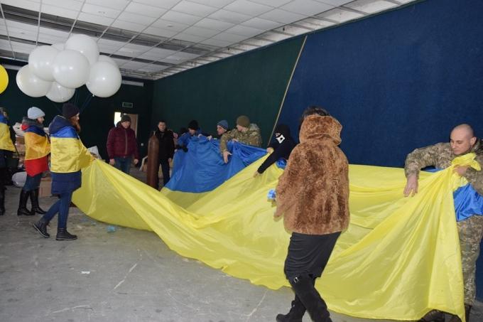 В День Соборности в оккупированный Луганск отправили украинский флаг: опубликованы яркие фото и видео (3)