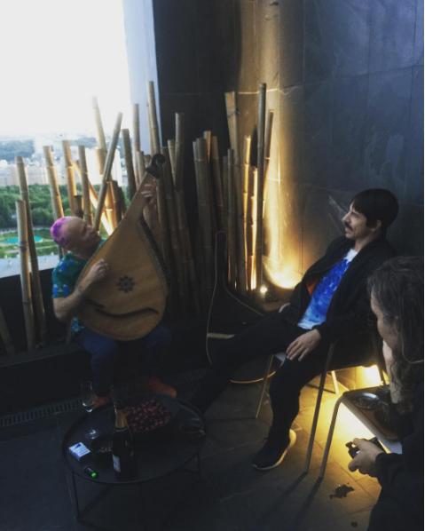 Учасник легендарної американської групи змінив гітару на бандуру: опубліковані фото і відео (1)