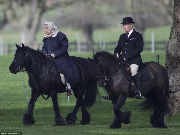 90-летняя королева Великобритании прокатилась на пони в элегантном наряде: появились фото (1)