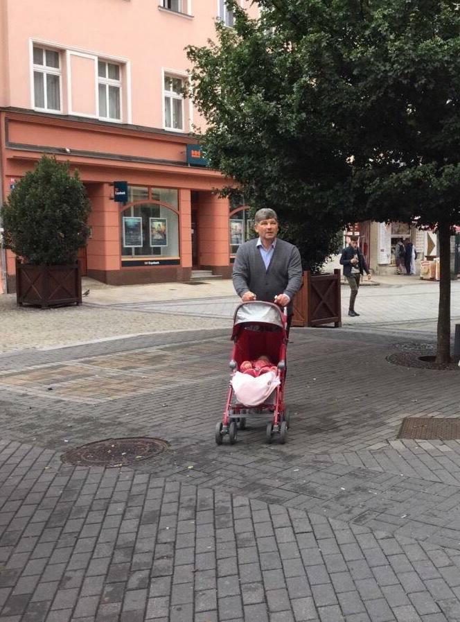 Екс-мер Луганська, який здав місто бойовикам, відпочиває в Європі: фото схвилювало мережу (1)