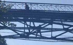 В центре Киева парализовано автомобильное движение из-за попытки самоубийства на Парковом мосту