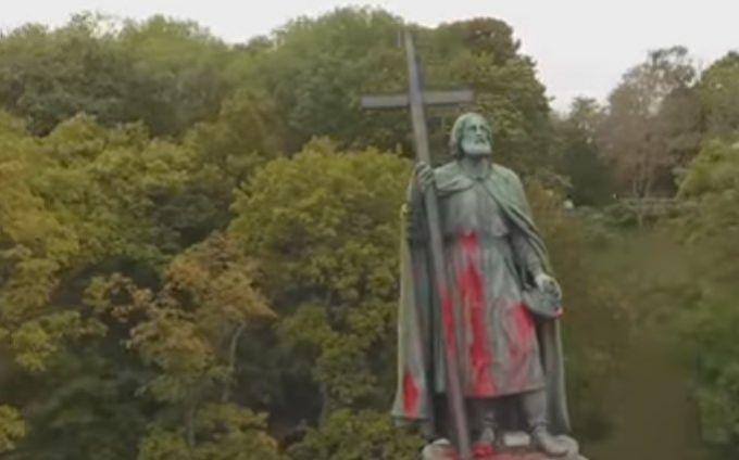 З'явилося відео вандалізму біля знаменитого пам'ятника в Києві