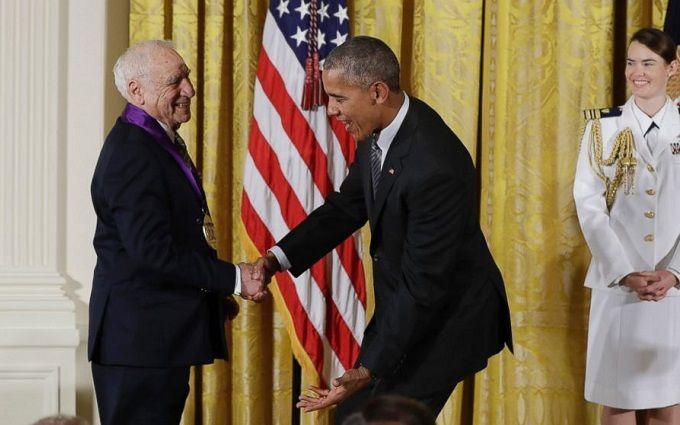 Знаменитий режисер ледь не зняв штани з Обами: опубліковано відео