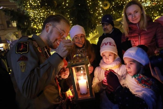 В Киев прибыл Вифлеемский огонь мира: в соцсетях появились яркие фото (1)